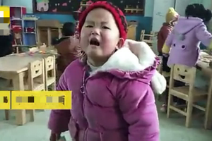 3岁女童第一天上幼儿园崩溃大哭,4岁小哥哥这样?#21442;浚?#22826;暖心了