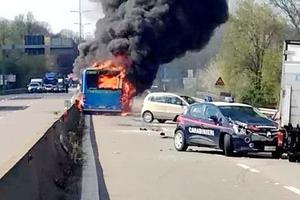 意大利51名学生差点被司机烧死在校车 司机这样说