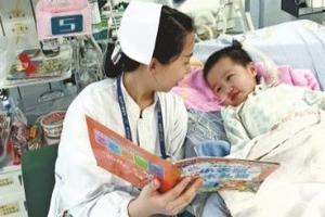 """医生护士陪聊 4岁女童""""勇敢""""脱离呼吸机"""