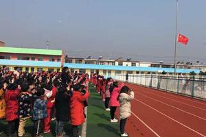 响水爆炸受损10所学校均复课:学生举行升旗仪式