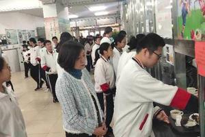 北京多所学校已实行陪餐制 家长呼吁食品信息公开