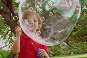 孩子吹泡泡是项好活动