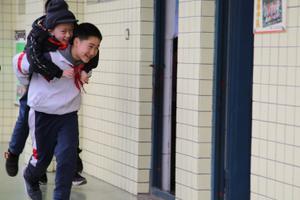 残疾少年无法独立行走 同学背上他走完6年求学路