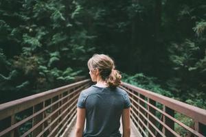 一言不合丈夫将妻子扔进河:情绪不稳的男人,是婚姻的毒药