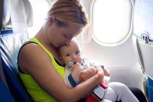 小婴儿坐飞机 护好耳朵