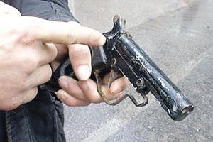 美国男子给女儿换尿片时枪走火 自己丧生女儿受伤