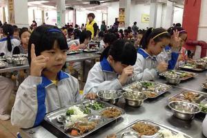 """中青报:学校推出""""无声食堂""""是因小失大"""