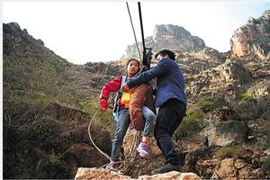 大山深处12个娃娃攀山跨江溜索上学 当地政府回应