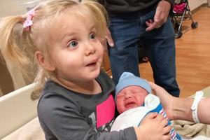 3岁姐姐第一次见二胎弟弟,忍不住亲吻,接下来的表情,家人笑喷
