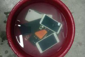 """要求学生把手机泡水盆里?老师:是?#24576; ?#33510;肉计"""""""