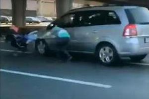 俄醉酒母亲推婴儿车横穿公路 2岁宝宝瞬间被撞飞