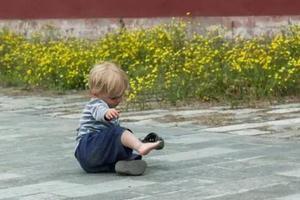 孩子为何经常摔倒