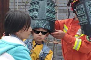 熊孩子皮出新高度 头卡编钟惊呆消防员