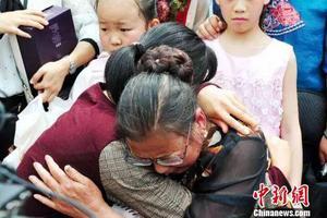 母女失散38年相见 母亲每年织件毛衣原因让人泪目