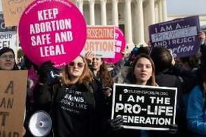 """美国""""最严苛堕胎法""""惹众怒 大批民众聚集抗议"""