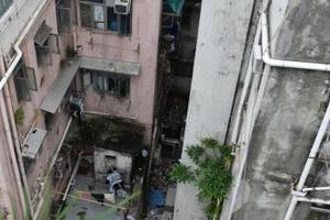 香港一男童收衣服失足坠楼受伤 警方带走母亲协助调查