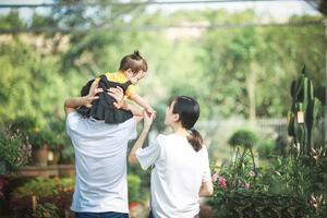 低层次的父母,总是在满足孩子