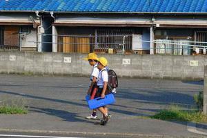 研究表明:走路去学校的孩子更不容易超重