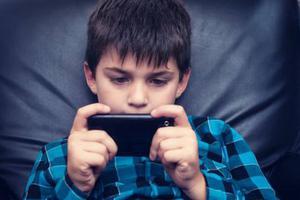 减少孩子看手机有助于睡眠?科学家的答案在这里
