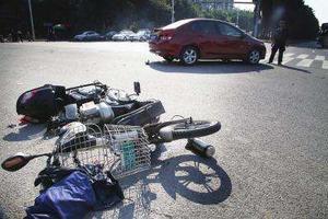 四川12岁少女骑电动车搭2人与小车相撞 致1死2伤