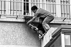 男童头卡防护窗 俩小伙托举30分钟(图)