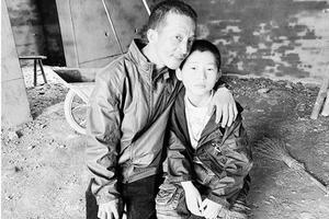 儿子怕住校 残疾爸爸每天骑行近百里送学再去打工