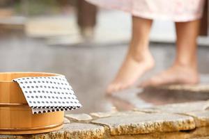 日本政府建议下调混浴年龄:上小学就不应该了