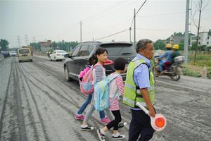 女童跟妈妈穿马路被撞骨折 交警:双方各负50%责任
