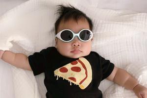 张歆艺晒儿子熟睡照画面温馨 宝宝小手儿软萌可爱