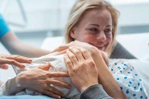 宝宝一出生应该尽早给他拥抱和爱抚吗?