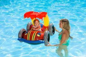 怕风吹走充气泳池 母亲开车时把孩子放在车顶帮固定