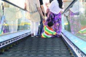 7岁女童地铁站玩耍 不慎右手卡电梯扶手