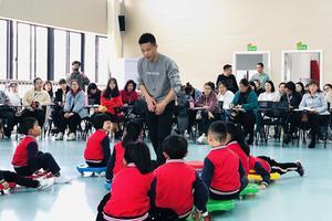 """男幼师在教育中作用凸显 被称为幼师界的""""熊猫"""""""