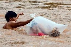 求学路到底有多艰难?越南儿童钻进塑料袋中过河