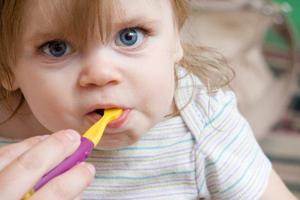 孩子2岁可以自己刷牙吗?家长如何帮孩子刷牙?