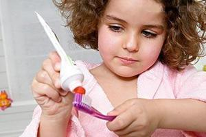 市面上牙膏品种琳琅满目该如何给孩子选择牙膏呢?