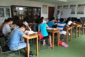 """8岁小学生上11个辅导班 调查:不少学生被暑假班""""累趴下"""""""