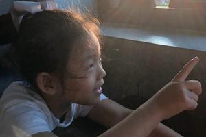 汪小菲与女儿小玥儿沙滩出游 阳光洒脸侧颜美好