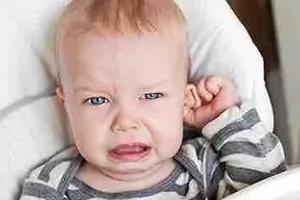 宝宝为何总抓耳朵?