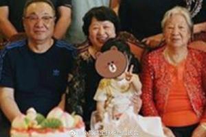 小海绵对镜头比耶超可爱 同框爷爷奶奶太姥姥