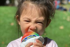 陈冠希女儿扎冲天小辫 双手抱彩虹糖啃食表情搞怪