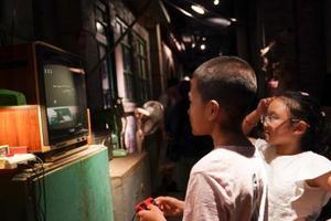 调查:中国儿童上学日平均每天用电子产品43.24分钟