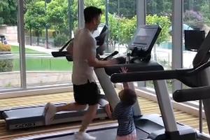 可可爱爱小尾巴!李小鹏跑步锻炼儿子站一旁陪跑