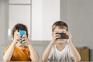 俄教育部建议限制中小学生使用手机:或致精神障碍