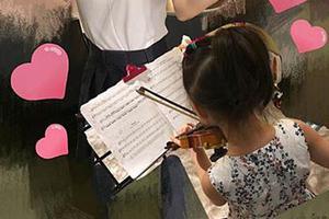 """遗传爸爸音乐天赋?王力宏女儿""""无师自通""""拉小提琴"""