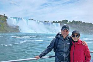 胡杏儿产后与丈夫出游 站瀑布旁合影开心得像孩子