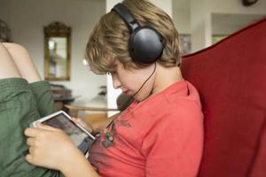 经常戴耳机听音乐 会聋吗?