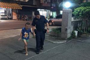 台湾4岁幼童迷途躺路旁椅子上 热心警察助返家