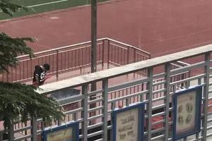 上课时下暴雨 小学生冲到操场收国旗:国旗不能湿