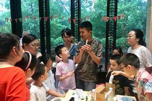 工程师在小区里做义务老师:让孩子们喜欢上了自然科学